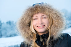 Frau, die Winter genießt stockbild