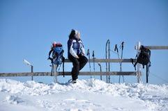 Frau, die Wintertrekking in den Bergen tut Stockfotografie