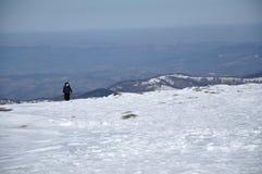 Frau, die Wintertrekking in den Bergen tut Lizenzfreies Stockfoto