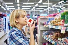 Frau, die wohlriechende Seifen in der Abteilung von Kosmetik riecht Lizenzfreie Stockfotografie