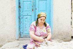 Frau, die Wollen löst stockbild