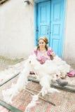 Frau, die Wollen mit Steuerknüppel löst lizenzfreies stockbild