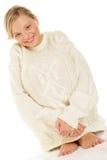 Frau, die wollige Strickjacke trägt stockbild