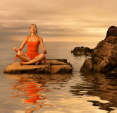 Frau, die Yogaübung tut Stockbild