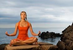 Frau, die Yogaübung tut stockfotos