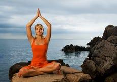 Frau, die Yogaübung tut lizenzfreie stockfotos