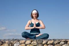 Frau, die Yogaübungen bildet Stockfotografie