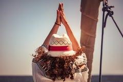 Frau, die Yogaübungen tut Lizenzfreie Stockbilder