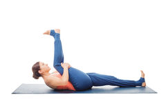 Frau, die Yoga asana Supta-padangusthasana lokalisiert tut Stockbilder