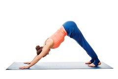 Frau, die Yoga Ashtanga Vinyasa asana Adho-mukha svanasana tut Stockfoto