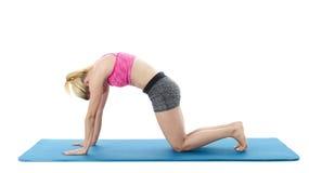 Frau, die Yoga auf Boden tut Lizenzfreie Stockfotografie