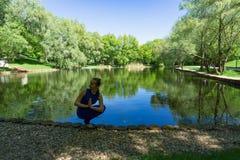 Frau, die Yoga ausübt stockfoto