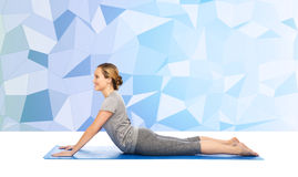 Frau, die Yoga in der Hundehaltung auf Matte macht Lizenzfreies Stockfoto