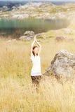 Frau, die Yoga in der Natur tut Stockbild