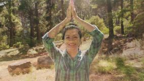 Frau, die Yoga in der Wildnis tut stock video