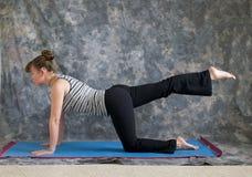 Frau, die Yoga ein Fahrwerkbeintabellenhaltungsrecht tut Stockbilder