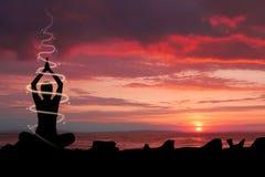 Frau, die Yoga Ganges tut Lizenzfreie Stockbilder