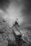 Frau, die Yoga gegen die untergehende Sonne tut Stockbilder