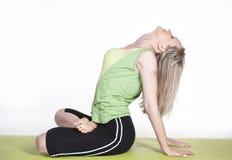 Frau, die Yoga im Studio tut Lizenzfreie Stockfotografie