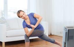 Frau, die Yoga Laufleinenhaltung des niedrigen Winkels auf Matte macht Stockfoto