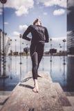 Frau, die Yoga nahe See in der städtischen Landschaft, Paris tut Lizenzfreie Stockfotografie