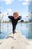Frau, die Yoga nahe See in der städtischen Landschaft, Paris tut Stockfotografie