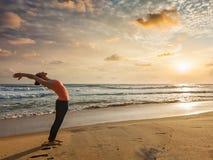 Frau, die Yoga Sun-Gruß Surya Namaskar tut Stockfotos