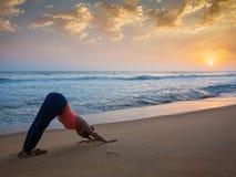 Frau, die Yoga Surya Namaskar-oudoors am tropischen Strand tut Lizenzfreies Stockfoto