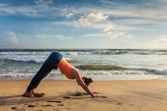Frau, die Yoga Surya Namaskar-oudoors am tropischen Strand tut Stockfotografie