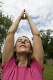 Frau, die Yoga tut Lizenzfreie Stockfotos