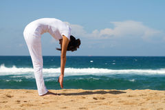 Frau, die Yoga tut Stockfotos