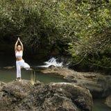Frau, die Yoga tut. Stockfoto