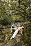 Frau, die Yoga tut. Stockbild