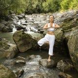 Frau, die Yoga tut. Lizenzfreies Stockfoto