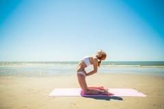 Frau, die Yoga tut stockfoto