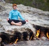 Frau, die Yoga tut Stockbilder