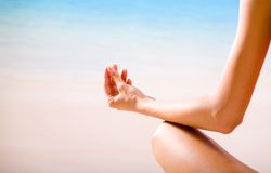 Frau, die Yogabewegungen tut Lizenzfreies Stockbild