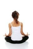 Frau, die Yogahaltung tut Stockbild