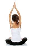 Frau, die Yogahaltung tut Stockfoto