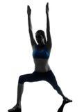 Frau, die Yogakriegerstellung ausübt Lizenzfreie Stockfotografie