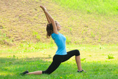 Frau, die Yogameditation tut stockfotografie