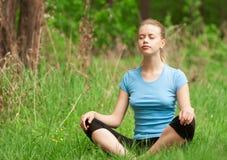 Frau, die Yogameditation tut lizenzfreie stockfotografie
