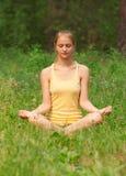 Frau, die Yogameditation tut lizenzfreies stockfoto