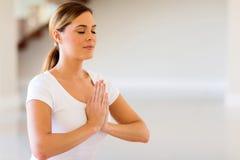 Frau, die Yogameditation tut Stockfotos