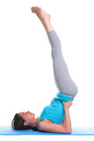 Frau, die Yogaschulterstandplatz tut Stockbilder