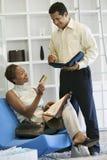 Frau, die Zahlung durch Kreditkarte im Speicher leistet Stockfoto