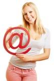 Frau, die am Zeichen als Symbol für hält Lizenzfreies Stockbild