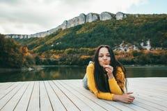 Frau, die Zeit durch den See verbringt Stockfotos