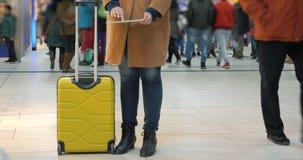 Frau, die Zeit mit Auflage am Flughafen führt stock video footage