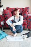 Frau, die am zeitgenössischen Haus arbeitet Lizenzfreie Stockfotografie